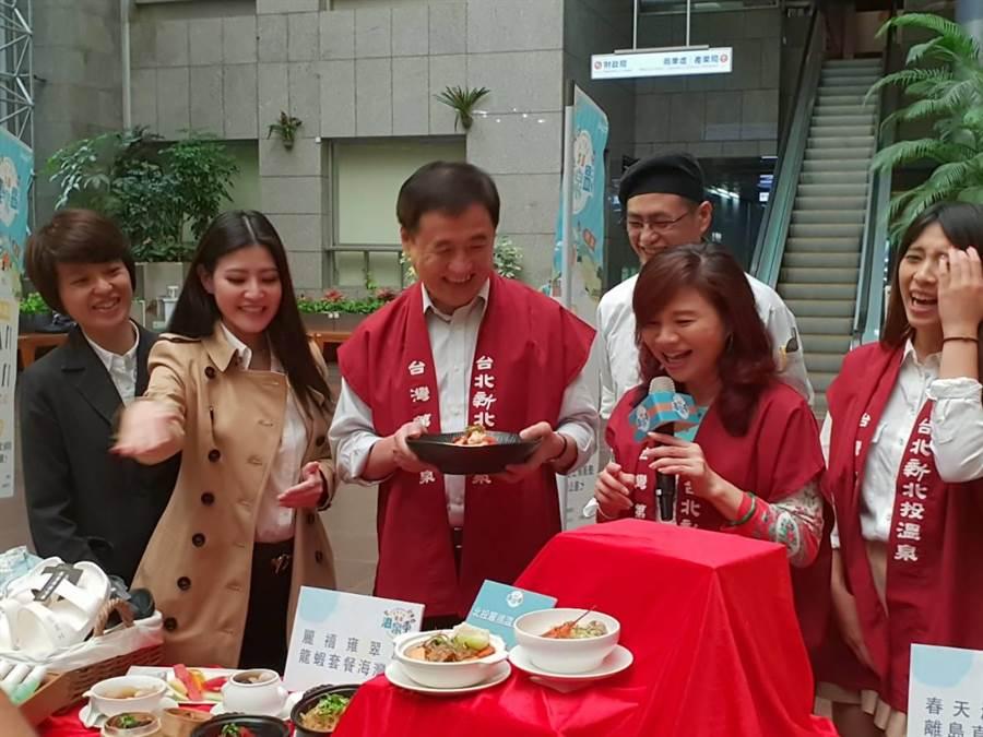 台北市副市長陳景峻與台北市溫泉發展協會理事長周水試吃溫泉季美食。(圖/游定剛)