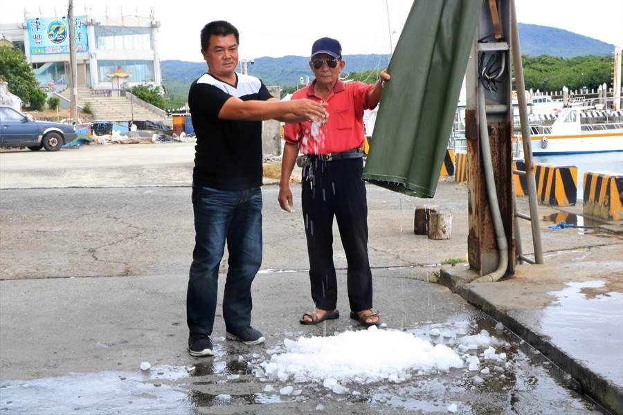 恆春區漁會指出,製冰廠碎冰系統修繕等案,已因張議員爭取到經費,進入縣府核定或發包、施工等階段,且漁用冰也降為150元、常年會調為1000元。(謝佳潾攝)