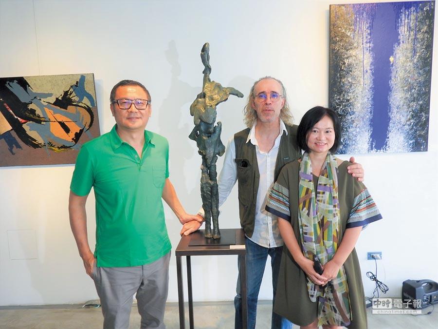 雄崗建設董事長林清吉(左)與法國藝術家皮耶‧薩維提(中)及其夫人在個展開幕式合影。圖/黃全興