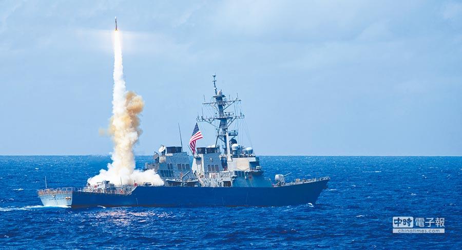10月22日穿越台海的美國海軍飛彈驅逐艦「柯蒂斯‧威爾伯號」(舷號DDG-54)資料照。(取自美國國防部官方flickr)