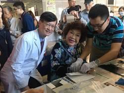 周遊讚台灣醫生最棒 笑開懷按手印支持失智症