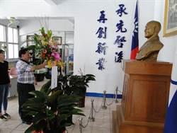 國民黨花蓮縣黨部同步慶祝光復節 向蔣公銅像獻花致敬