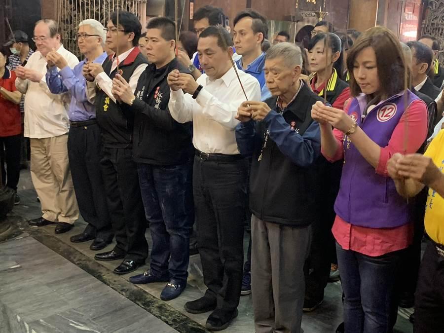 國民黨新北市長候選人侯友宜上午到板橋慈惠宮為普悠瑪事件的傷亡者祈禱。(王揚傑攝)