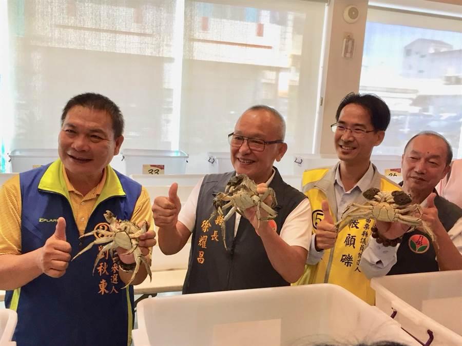 評選出的苗栗優質大閘蟹,縣長徐耀昌(左二)也比讚。(巫靜婷攝)