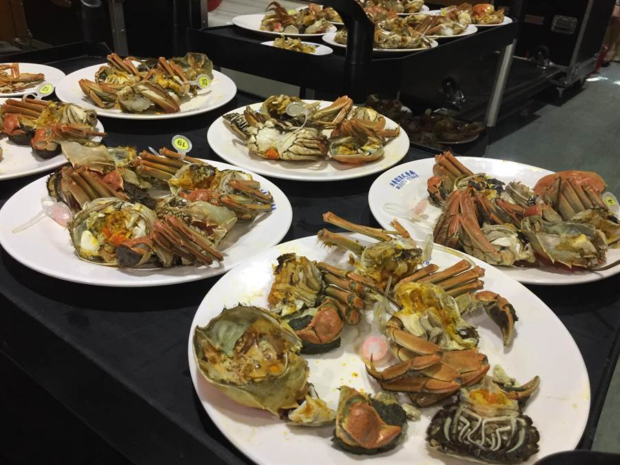 107年度大閘蟹評鑑競賽觀光產業活動,評選出優質養殖戶,讓饕客吃的安心、健康又美味。(巫靜婷攝)