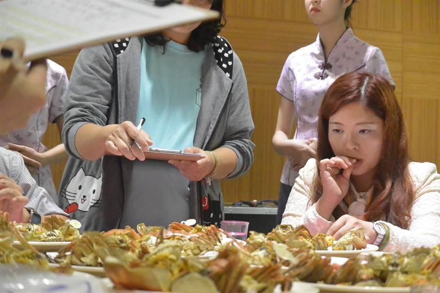 大閘蟹評鑑根據每隻大閘蟹的「肥滿度」、「外觀」及「口味」等三項指標進行公平、公正、公開的評選。(巫靜婷攝)