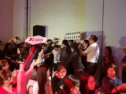 台北》柯文哲出席餐桌生活節  不明男子亂入舉牌抗議