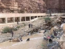 約旦暴風雨 學生巴士整車被捲入死海 至少20人死