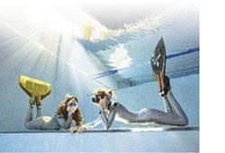 台日潛水雙姝深池戲水