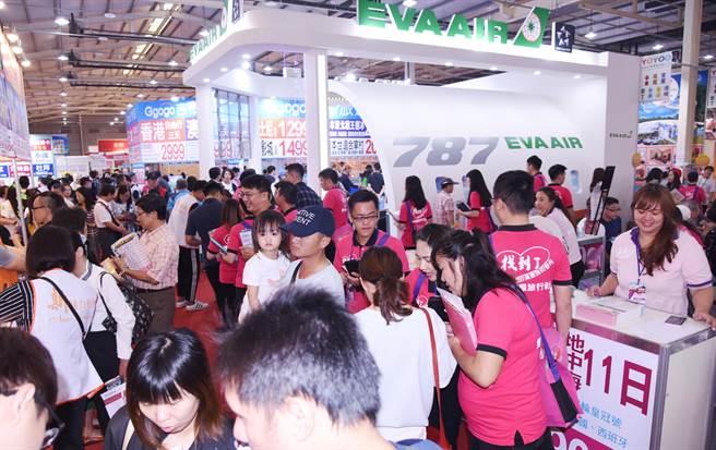「2018台中國際旅展」26日展開,吸引許多民眾來搶便宜,現場熱鬧滾滾。(林欣儀攝)