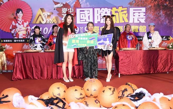 為炒熱買氣,旅展推出趣味遊戲,民眾有機會可獲得泰國機票。(林欣儀攝)