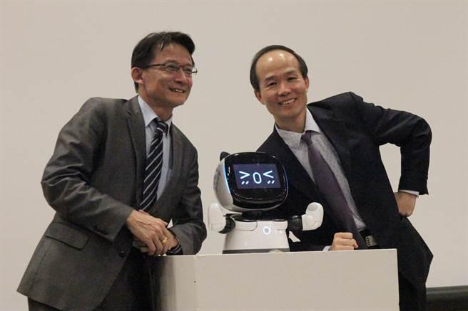 國資圖館長劉仲成(右)與亞太電信發展第3代的「凱比」機器人。(陳淑芬攝)