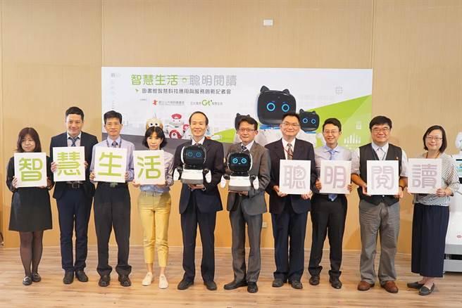國資圖館長劉仲成(左5)在「圖書館智慧科技應用與服務創新」記者會,介紹第3代的「凱比」及「酷比」機器人。(陳淑芬攝)
