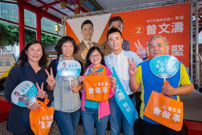 新竹市東區市議員候選人曾文濤(右二)近日推出貼近選民的宣傳物「環保購物袋」,因「好用、耐操又方便」,就像他自己的政見服務精神,大受婆媽歡迎。(陳育賢攝)