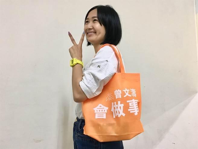 新竹市東區市議員候選人曾文濤近日推出貼近選民的宣傳物「環保購物袋」,因「好用、耐操又方便」,就像他自己的政見服務精神,大受婆媽歡迎。(陳育賢攝)
