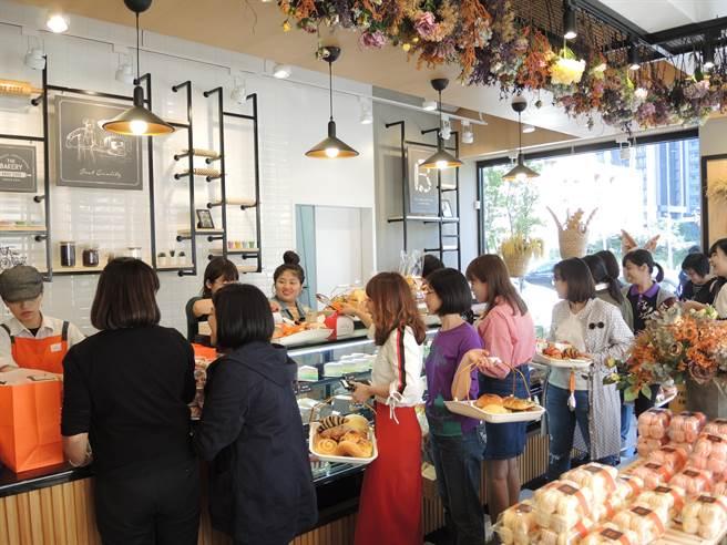 「Bake Code烘焙密碼」竹北勝利店26日舉辦開幕前封館活動,給VIP專屬優惠。(邱立雅攝)