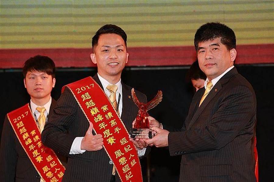 徐偉仁2017年年度業績逼近8百萬,獲頒年度風雲經紀人獎。(圖/永慶房屋 提供)