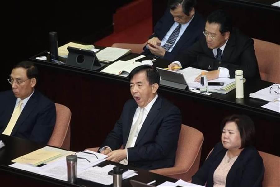 交通部長吳宏謀出席立院總質詢時,頻頻面露疲態。(陳信翰攝)