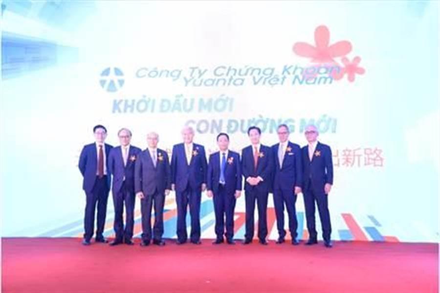 元大證券越南總部今(26)日開幕,駐越南台北經濟文化代表處大使石瑞琦(左四)及越南當地重要政商貴賓、元大集團高層皆親自出席開幕典禮。圖/元大證券提供