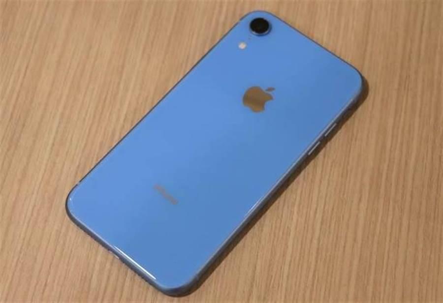 藍色的 iPhone XR 機身背面。(圖/黃慧雯攝影)