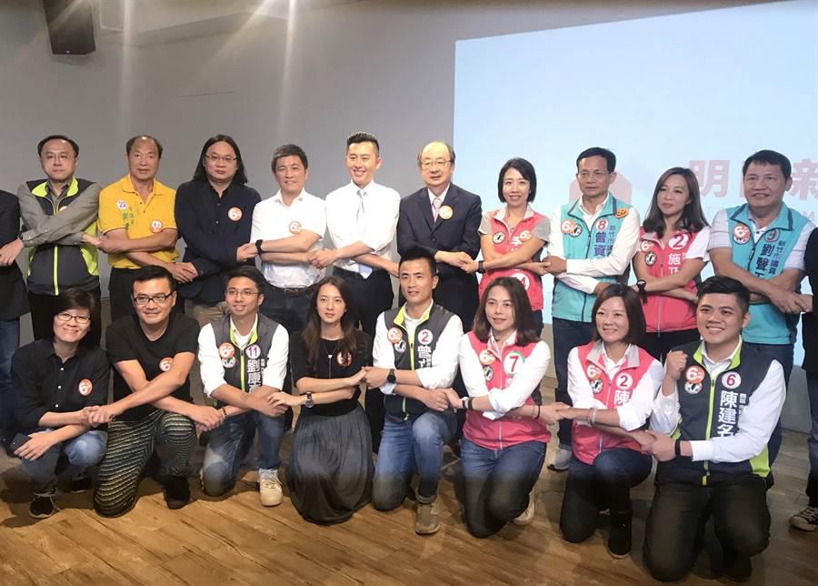 爭取連任的民進黨新竹市長候選人林智堅(後左五)26日舉辦首場政見發表會。(陳育賢攝)