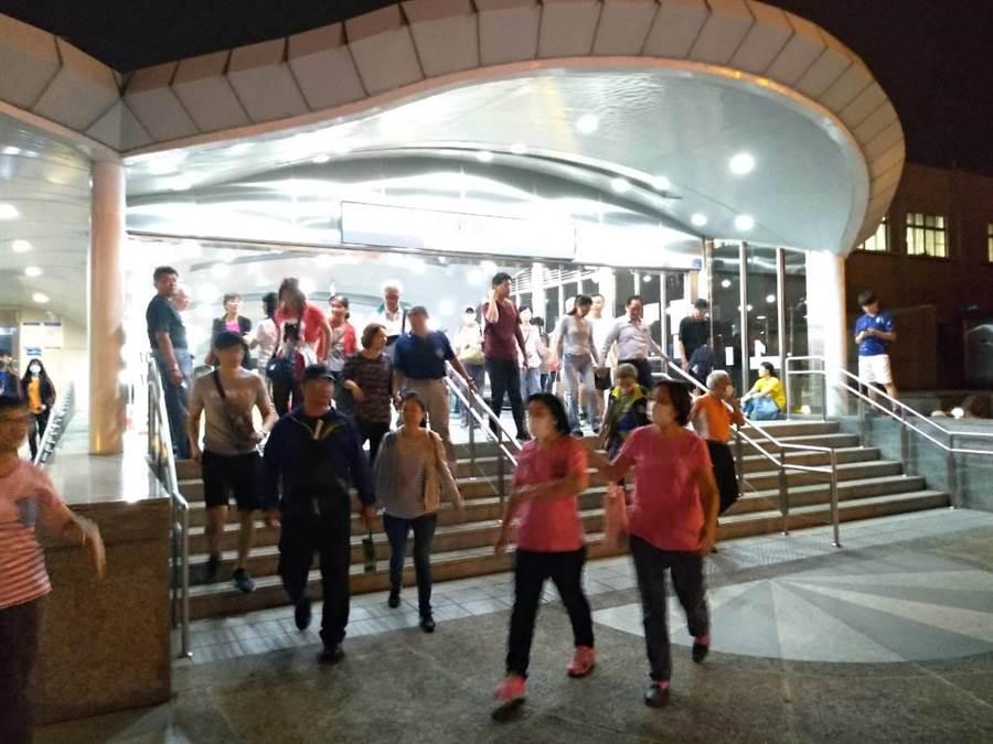韓國瑜26日鳳山造勢,民眾傍晚起陸續從高雄捷運大東站出站前往。(曹明正攝)