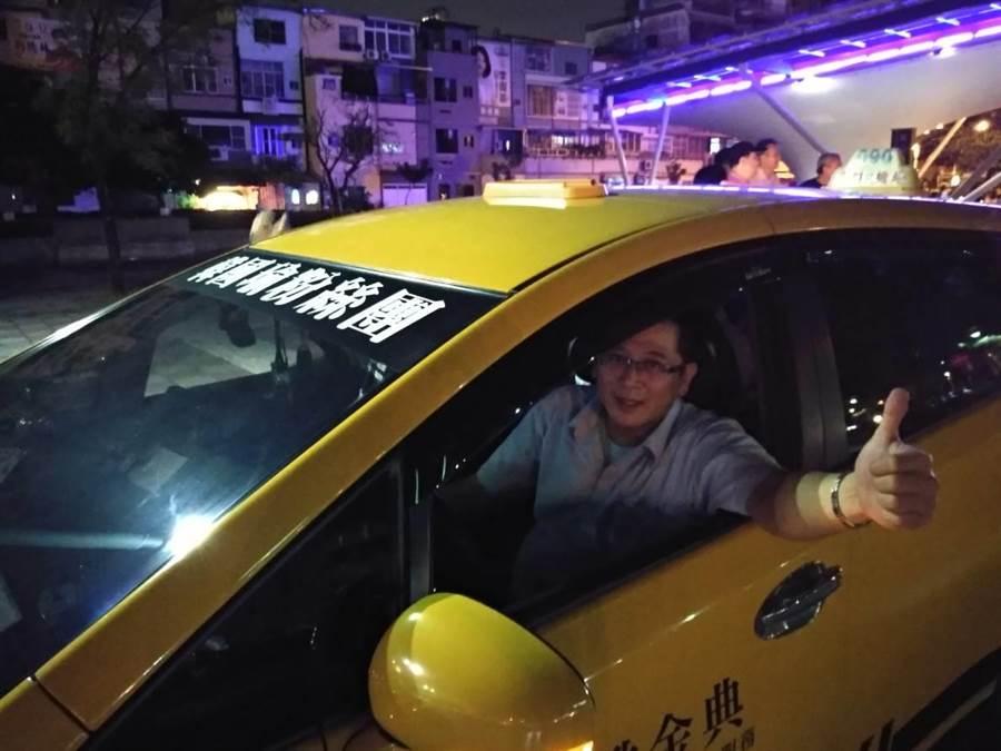韓國瑜26日鳳山造勢,開計程車4年的蕭姓計程車司機在擋風玻璃貼「韓國瑜粉絲團」自動擔任免費接駁車。(曹明正攝)