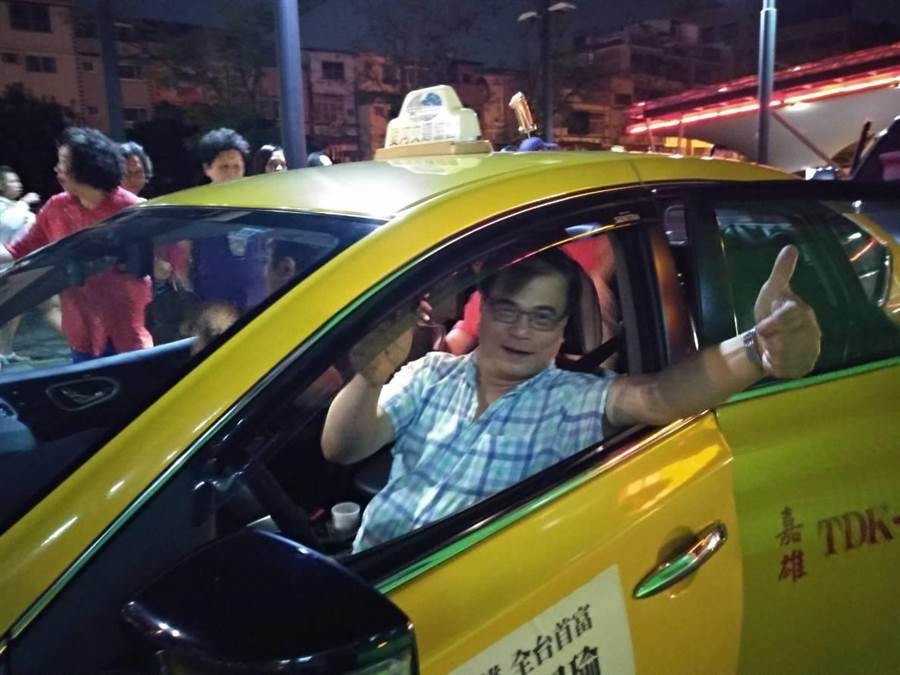 韓國瑜26日鳳山造勢,擔任免費接駁車的翁姓計程車司機豎起大姆指象徵支持1號韓國瑜。(曹明正攝)
