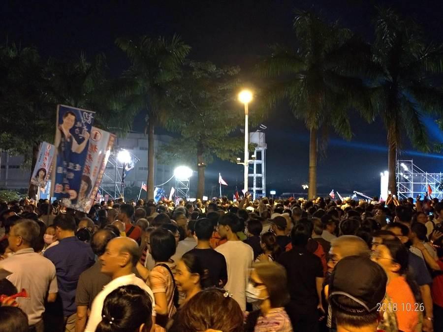 韓國瑜第一場大型造勢活動今晚登場,現場擠擠大批人潮,民眾全部步行進入交通管制區。(圖/丁世傑)