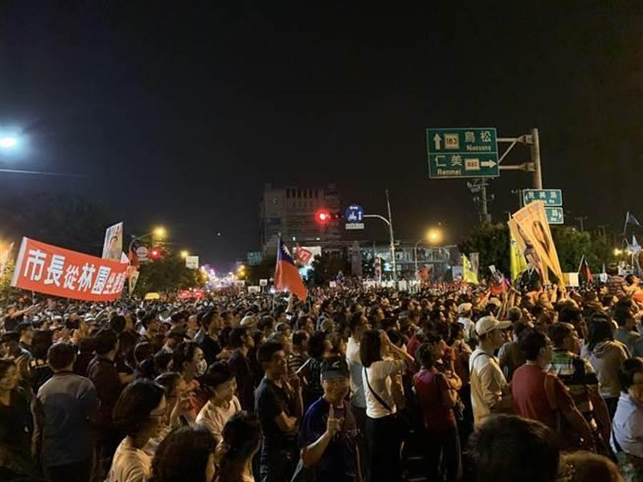 支持者擠爆馬路及橋,滿滿的人頭。(柯宗緯攝)