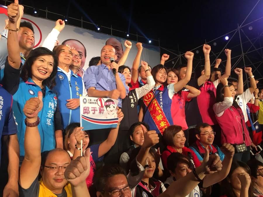國民黨高雄市長候選人韓國瑜鳳山造勢晚會,韓國瑜與藍營議員候選人互相加油打氣。(網友提供)