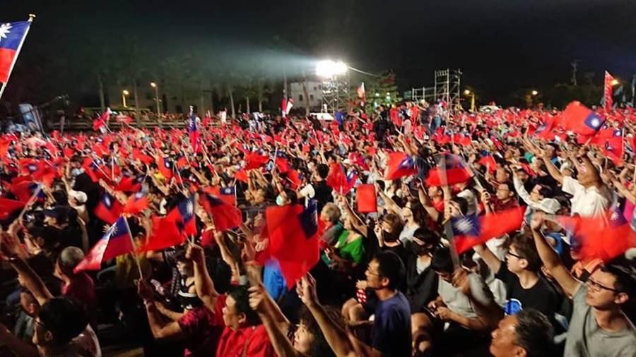 國民黨高雄市長候選人韓國瑜鳳山造勢晚會,支持者擠滿會場。(網友提供)