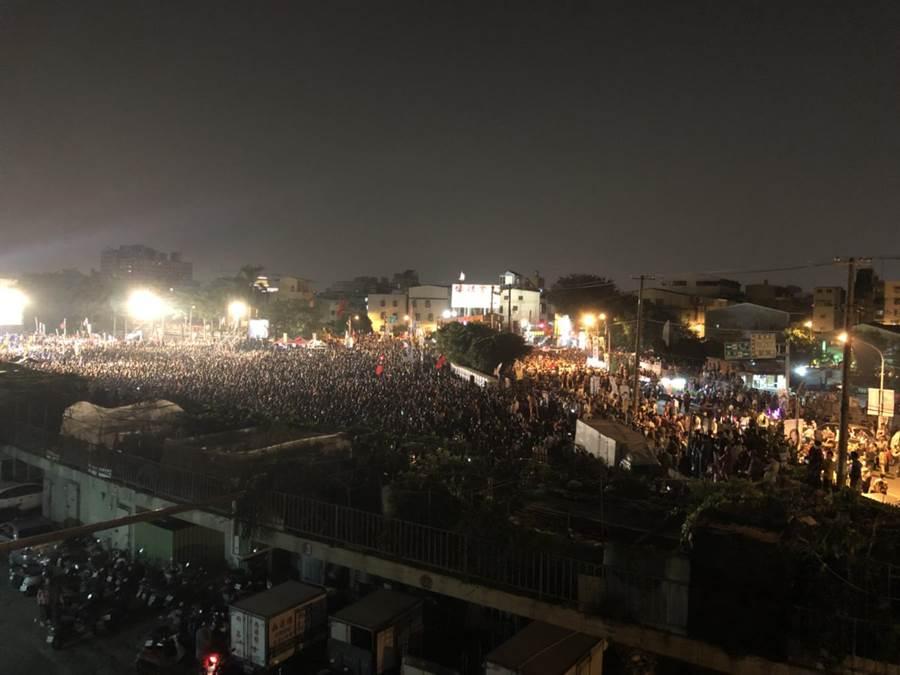 國民黨高雄市長候選人韓國瑜鳳山造勢晚會,5萬支持者擠滿會場。(網友提供)
