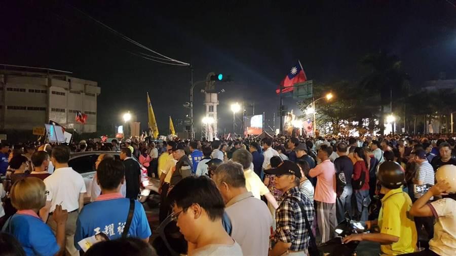 國民黨高雄市長候選人韓國瑜鳳山造勢晚會,眾多支持者步行走進會場。(網友提供)