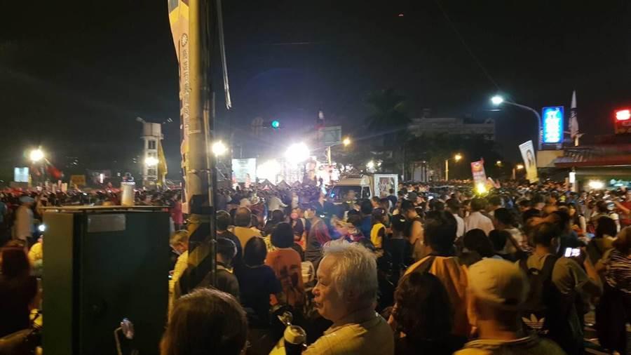 國民黨高雄市長候選人韓國瑜鳳山造勢晚會,眾多支持者擠不進會場,在周圍游走。(網友提供)