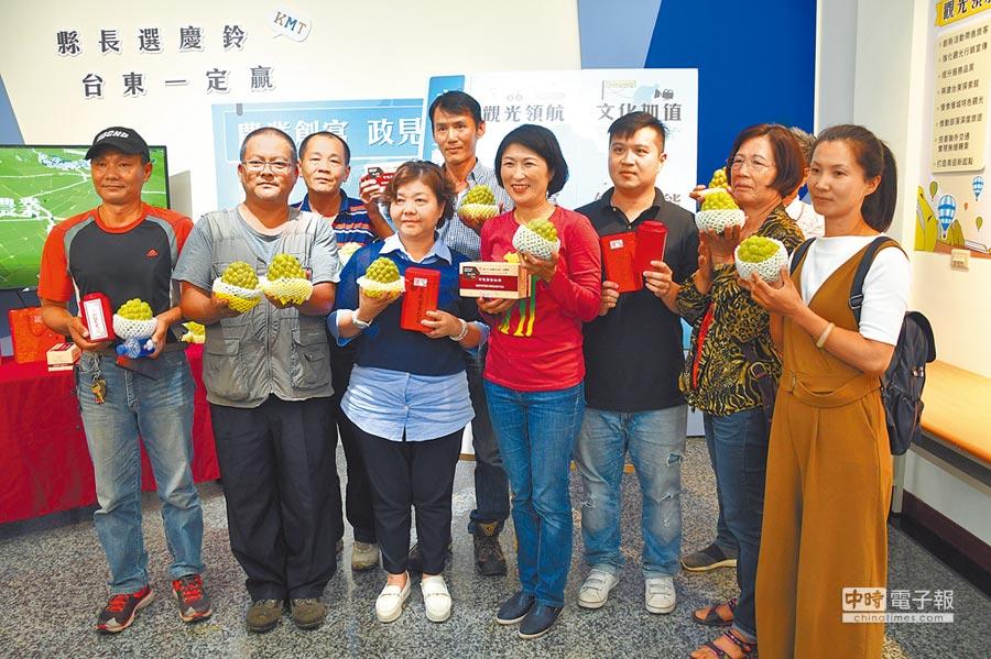 國民黨台東縣長候選人饒慶鈴,在多位農友見證下,發表農業政策。(莊哲權攝)