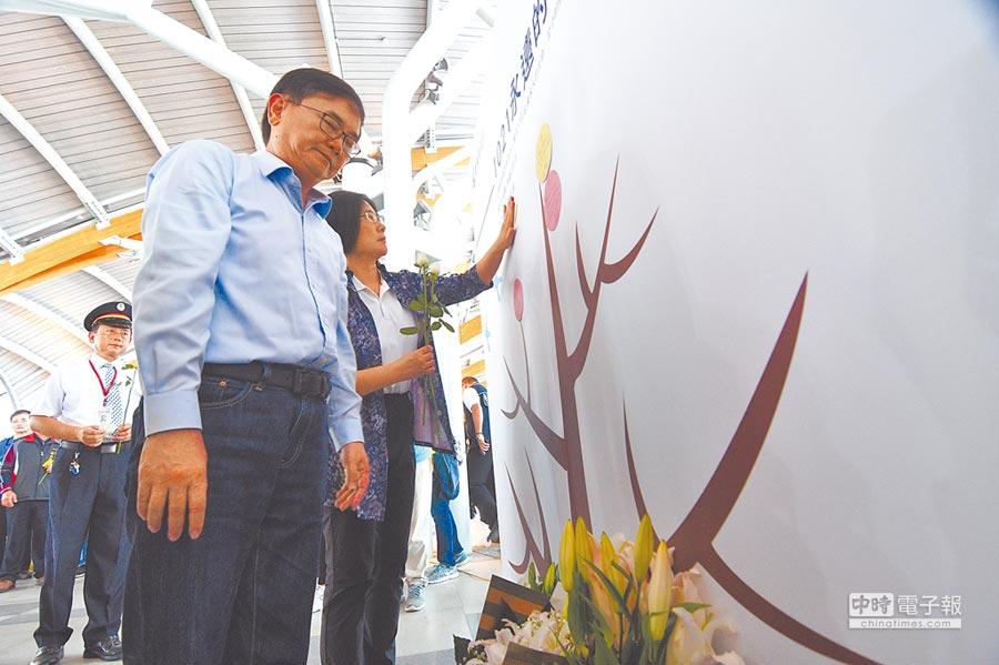 民進黨台東縣長候選人劉櫂豪,在追思會上向罹難者哀悼。(莊哲權攝)