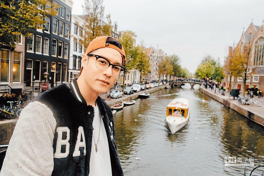 周湯豪開心到阿姆斯特丹運河踩點拍照。