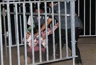 台中》民進黨造勢晚會 婦人衝台上向小英哭喊生活過不下去