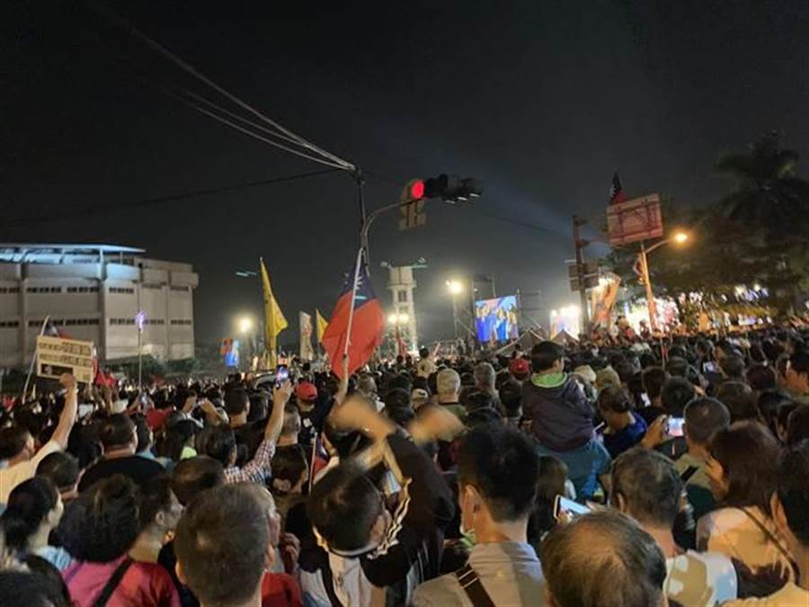 韓國瑜鳳山人山人海交通癱瘓. 支持者擠爆馬路及橋,滿滿的人頭。(柯宗緯攝)