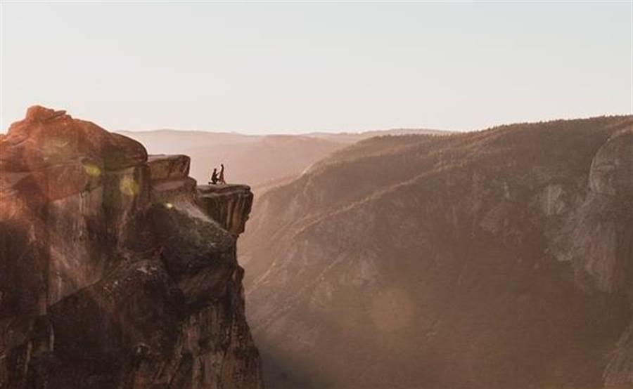 山崖求婚好浪漫! 攝影師急尋當事人 結局卻讓人心碎(圖/翻攝自臉書/Matthew Dippel)