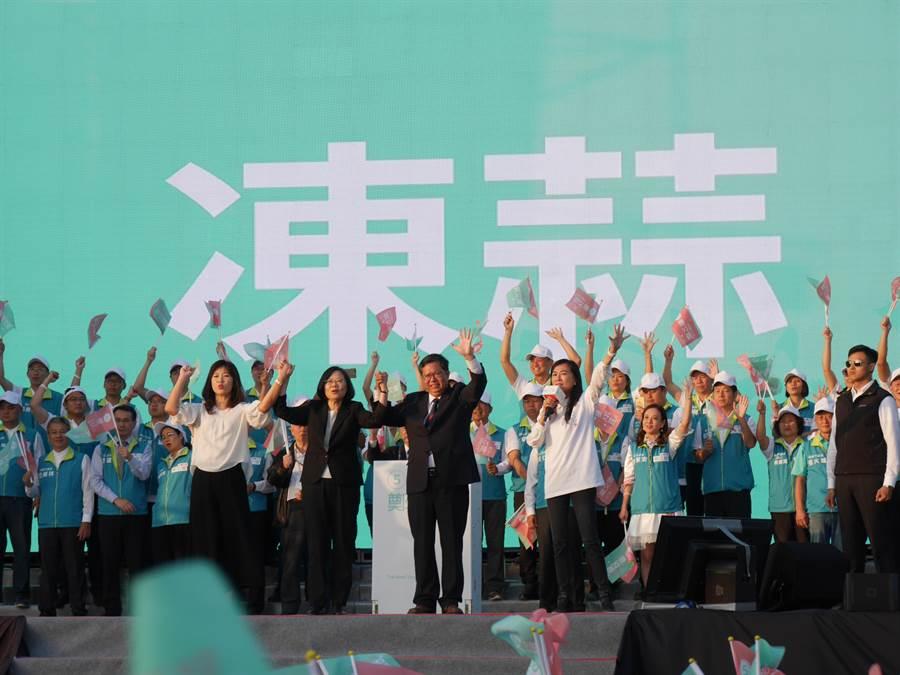 蔡英文幫鄭文燦站台幫催票,高喊:「選舉沒有穩贏,票投下去才是真的!」(蔡依珍攝)