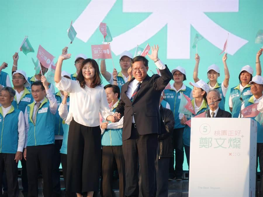 鄭文燦競總成立,和妻子一同上台,湧入近萬支持者高喊「凍蒜」。(蔡依珍攝)