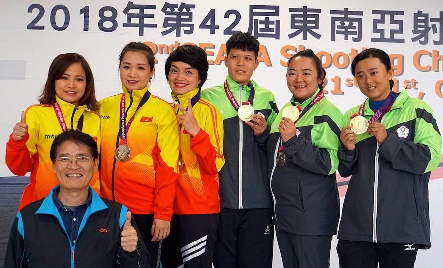 林怡君(右二)、劉宛渝及黃彥樺在女子不定向飛靶決賽贏得團體項目金牌。(主辦單位提供)