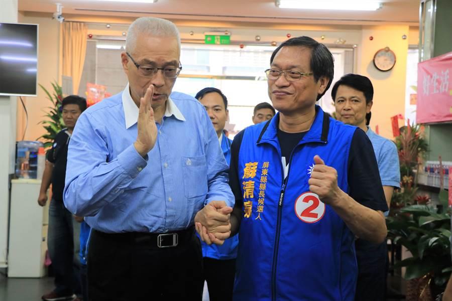國民黨主席吳敦義(左)近日助選行程滿檔,27日又南下屏東幫黨內提名的縣長候選人蘇清泉站台(右)。(謝佳潾攝)