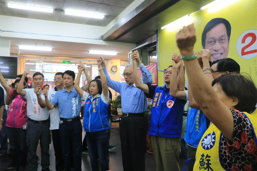 國民黨主席吳敦義(中)近日助選行程滿檔,27日又南下屏東幫黨內提名的縣市鄉鎮長及議員代表里長站台。(謝佳潾攝)