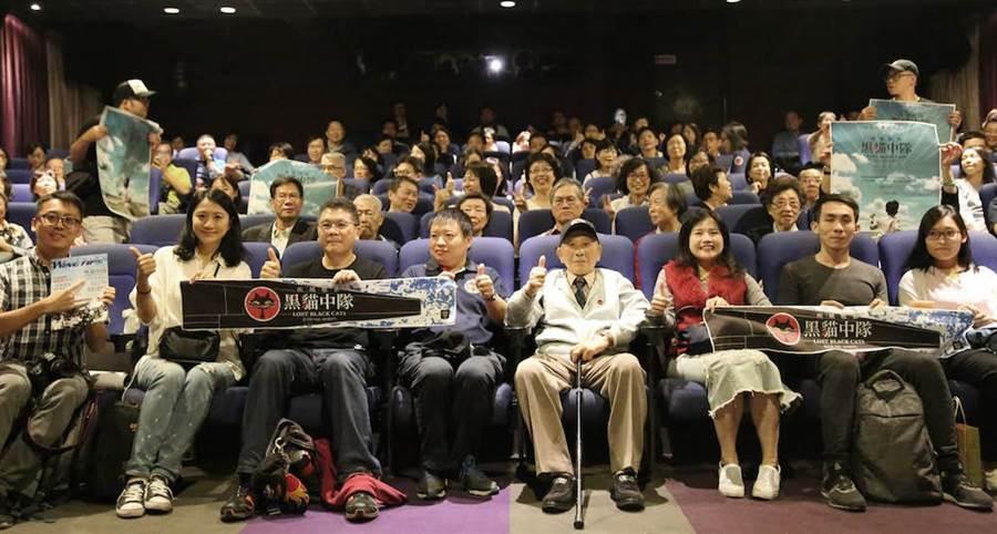 導演楊佈新(左3起)、陳靖與張立義教官、一起出席紀錄片放映活動。(寬和影像提供)