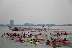 屏東首屆海上長泳嘉年華登場 2300多名好手擠爆大鵬灣