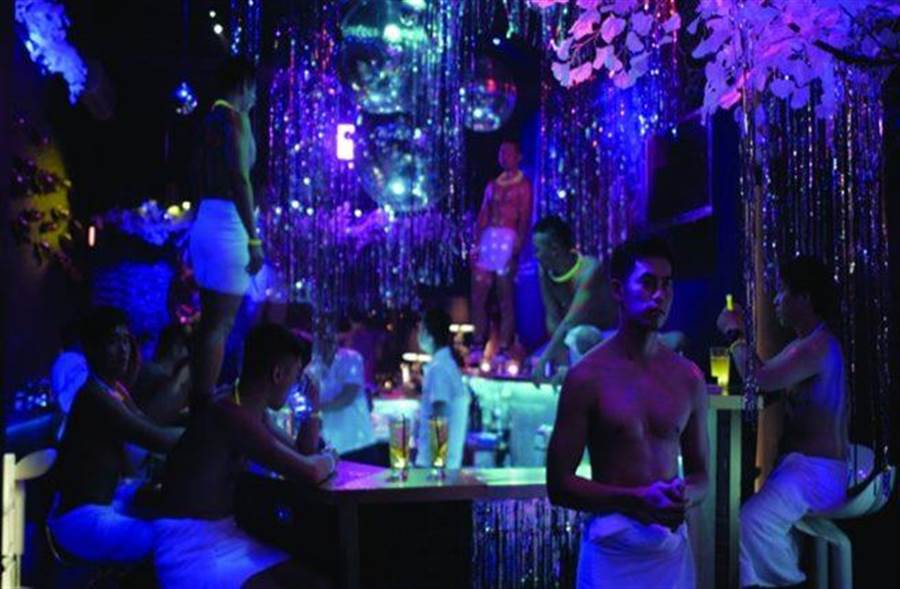 電影《紅樓夢》演出同志夜生活燈紅酒綠的情景,讓不少人相當反彈,卻是製作方想傳達的反省思。(圖/馬棋朵提供)