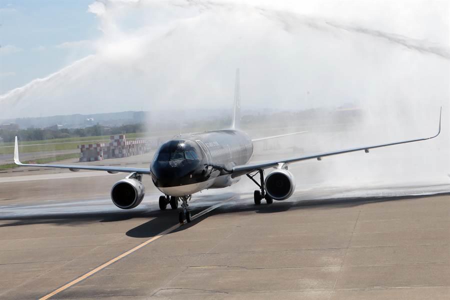 星悅航空首航班機28日上午10時35分降落,桃園機場公司消防隊派車以噴水柱歡迎首航飛機。(陳麒全攝)
